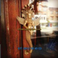 Nơi bán Tay nắm cửa đi trang trí hình thần rắn Naga dâng vật báu tại Hà Nội